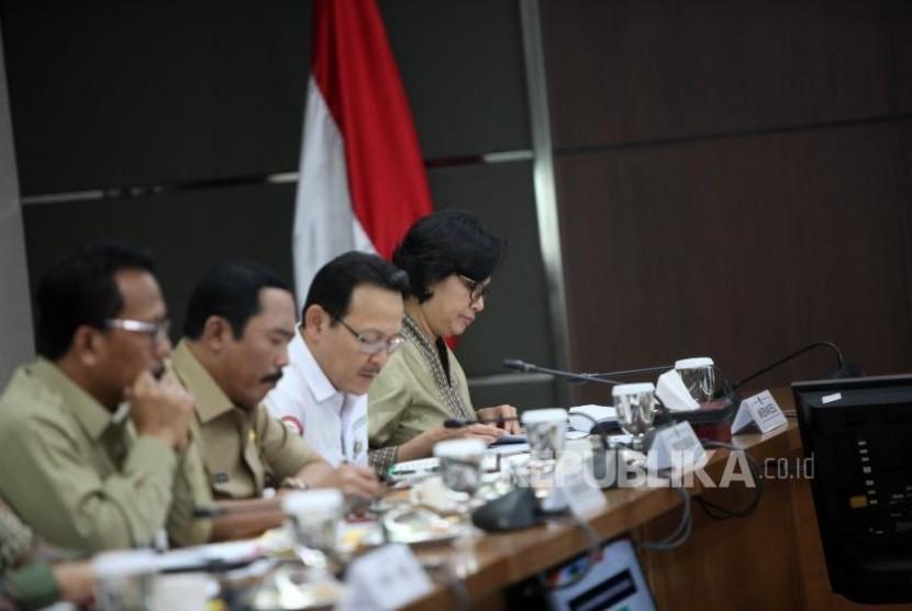 Menteri Keuangan Sri Mulyani bersama Direktur Utama BPJS Kesehatan Fachmi Idris menghadiri rapat koordinasi tingkat menteri di Gedung Kemenko PMK, Jakarta, Senin (6/11).