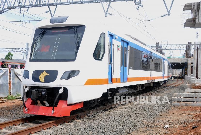 Kereta bandara Soekarno Hatta saat melakukan uji coba di Stasiun Manggarai, Jakarta Selatan, Sabtu (25/11).