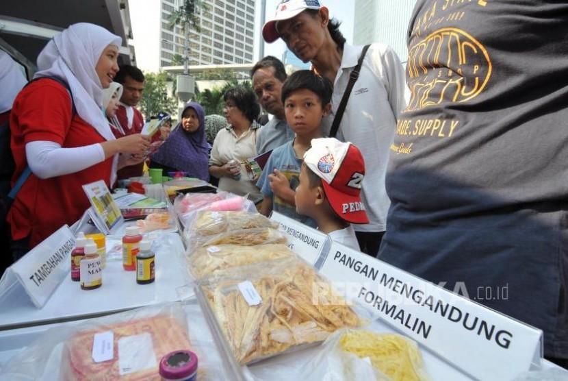 Sosisalisasi BPOM. Petugas Badan Pengawasan Obat dan Makanan (BPOM) melakukan sosialisasi kepada warga di Bundaran HI, Jakarta Pusat, Ahad, (22/10).