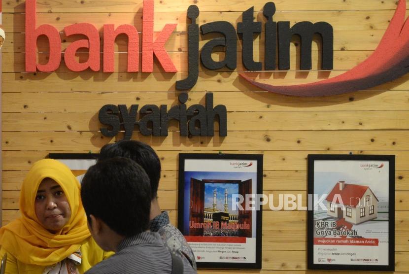 Karyawan melayani nasabah di stand Bank Jatim Syariah saat acara ISEF Fair, Jawa Timur, beberapa waktu lalu. PT Bank Pembangunan Daerah Jawa Timur Tbk menargetkan izin prinsip pemisahan (spin off) Unit Usaha Syariah (UUS) menjadi Bank Umum Syariah (BUS) bisa dikeluarkan Otoritas Jasa Keuangan (OJK) pada Desember 2017