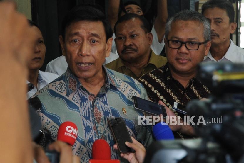 Menteri Koordinator Politik Hukum dan Keamanan Wiranto(kiri) bersama Ketua KPU Arief Budiman (Kanan)  memberikan keterangan kepada media usai melakukan pertemuan di Gedung KPU, Jakarta, Rabu, (6/3).
