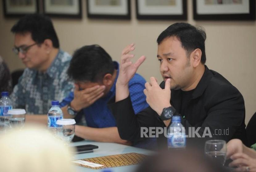 Menjelaskan. Ketua umum masyarakat ekonomi syariah (MES) DKI Jakarta menjelaskan peran organisasi  masyarakat ekonomi syariah DKI Jakarta kepada perwakilan Harian Republika di Kantor Harian Republika, Jakarta,  Rabu (1/11).