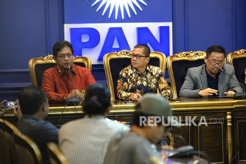 Sekretaris Fraksi PAN Yandri Susanto (tengah) bersama Wakil Ketua Komisi IV DPR RI Viva Yoga Mauladi  (kiri), dan  anggota Komisi III Fraksi PAN Daeng Muhammad menggelar konferensi pers perkembangan terkini di Kompleks Parlemen Senayan, Jakarta, Senin (22/1).