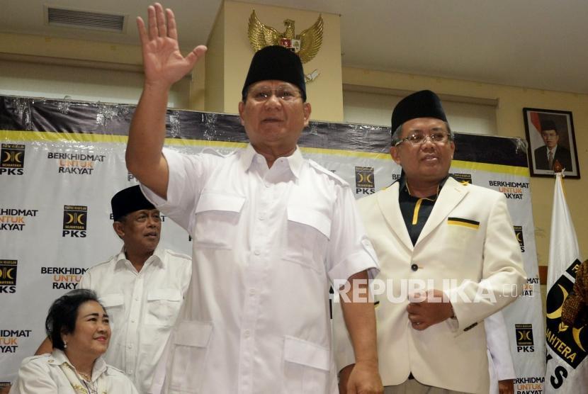 Ketua Umum Partai Gerindra Prabowo Subianto bersama Presiden PKS Sohibul Iman usai mengumumkan nama calon gubernur maupun wakil gubernur yang akan didukung PKS di lima provinsi pada Pilkada 2018 di Kantor DPP PKS Jakarta, Rabu (27/12).