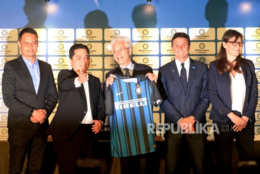 (dari Kiri) Representative of PT Akademi Bola Indonesia Toni harjana, President of FC Internazionale Erick Thohir,Vice President of FC Internazionale Javier Zanetti, The Ambasador Italy Vittorio Sandalli dan Director of Global Youth Busniess of FC Internazionale Barbara Biggi berbncang usai melakukan press conference mengenai Inter Academy Indonesia di Jakarta, Rabu (14/2).