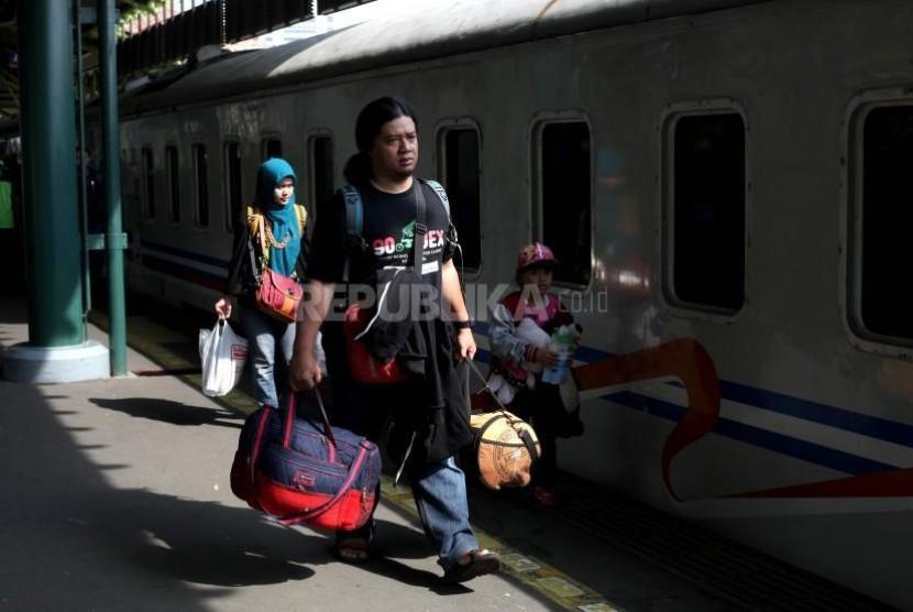 Sejumlah calon pemudik menanti kedatangan kereta di Stasiun Gambir, Jakarta. Penjualan tiket kereta api tambahan untuk mudik 2018 akan mulai dilakukan Senin (16/4)