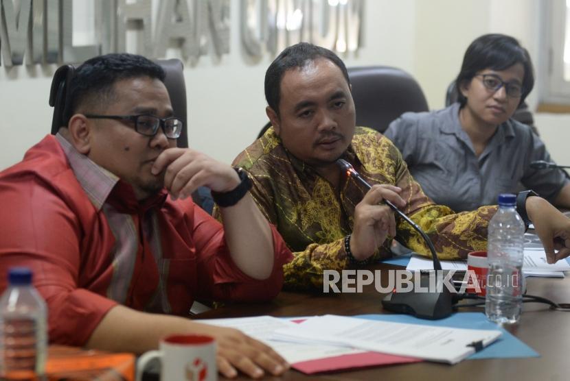 Anggota Bawaslu Mochammad Afifudin (tengah) bersama dengan Anggota Bawaslu Rahmat Bagja (kiri) saat memberikan keterangan terkait hasil pengawasan pemutakhiran data pemilih,laporan dana awal kampanye dan kampanye di Kantor Bawaslu , Jakarta, Senin (12/3).