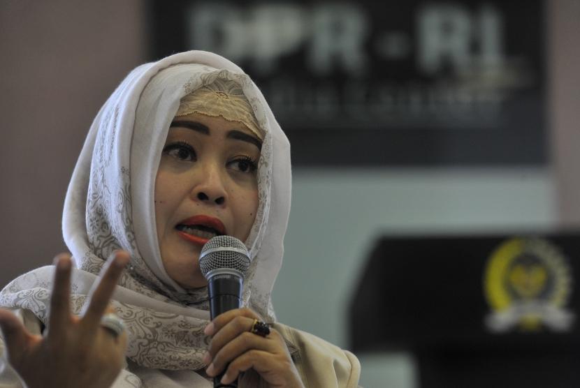 Ketua Gerakan Nasional Anti Miras Fahira Idris menyampaikan pendapatnya saat diskusi forum legislasi di komplek Parlemen Senayan, Jakarta, Selasa (10/11).