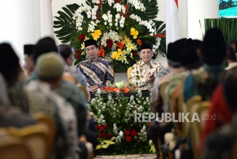 Pembukaan Mukatamar Al Iryad. Presiden Joko Widodo (kiri) bersama Ketua Umum PP Al Irsyad Al Islamiyah Abdullah Djaidi saat silaturahim dengan jajaran pimpinan Al Irsyad Al Islamiyah di Istana Bogor, Jawa Barat, Kamis (16/11).