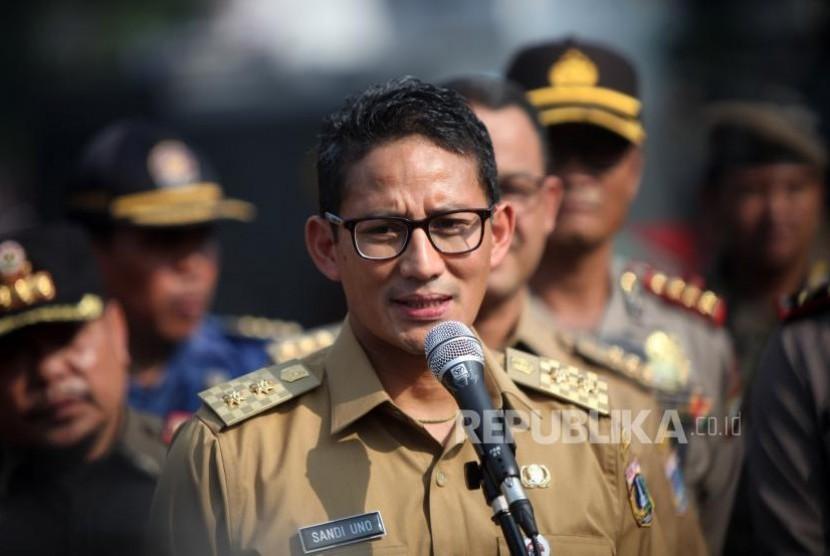 Wakil Gubernur DKI Jakarta Sandiaga Salahudin Uno memberikan keterangan kepada media seusai apel Mantap Praja Jaya 2017 di Polda Metro Jaya, Jakarta, Selasa (31/10).