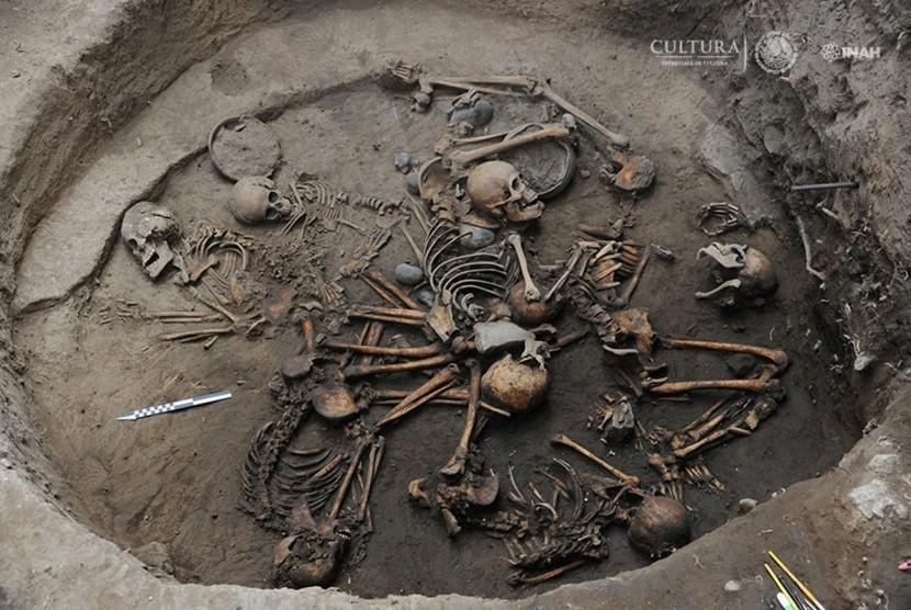 10 kerangka manusia ditemukan saling bertautan satu sama lainnya.