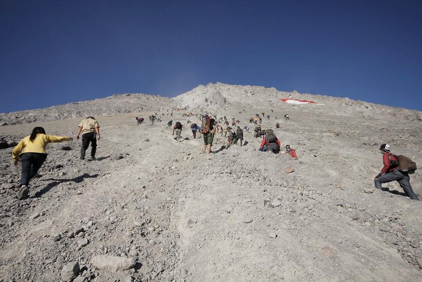 Sejumlah pendaki menaiki lereng Merapi menuju puncak Gunung Merapi untuk melihat pesona kawah dan matahari terbit di Gunung Merapi, Boyolali, Jawa Tengah, Ahad (17/8).  (Antara/Teresia May)