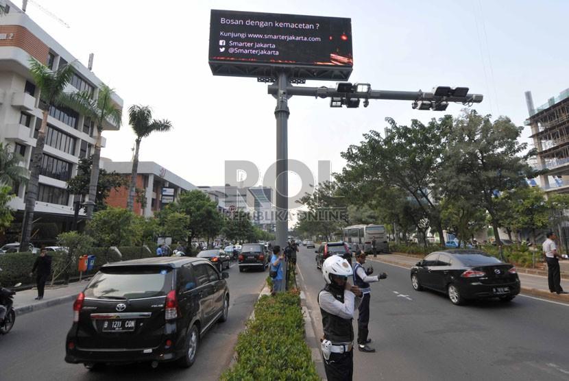 Petugas dinas perhubungan mengatur kendaraan yang melintas saat  uji coba mesin electronic road pricing (ERP) di Jalan H.R. Rasuna Said, Kuningan, Jakarta Selatan, Selasa (30/9). (Republika/Rakhmawaty La'lang)