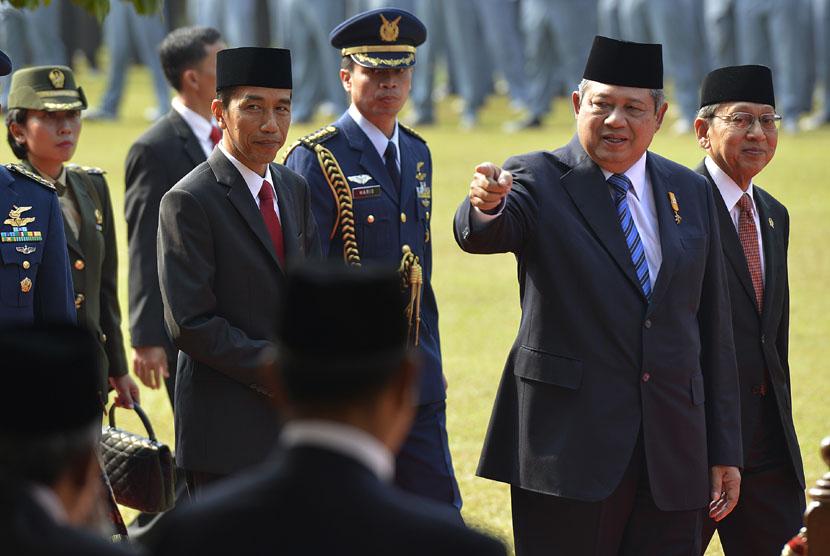 Presiden SBY (kedua kanan) bersama Wapres Boediono (kanan) dan Gubernur DKI Jakarta Joko Widodo (keempat kanan) usai Upacara Peringatan Hari Kesaktian Pancasila di Jakarta, Rabu (1/10).(Antara/Widodo S. Jusuf)
