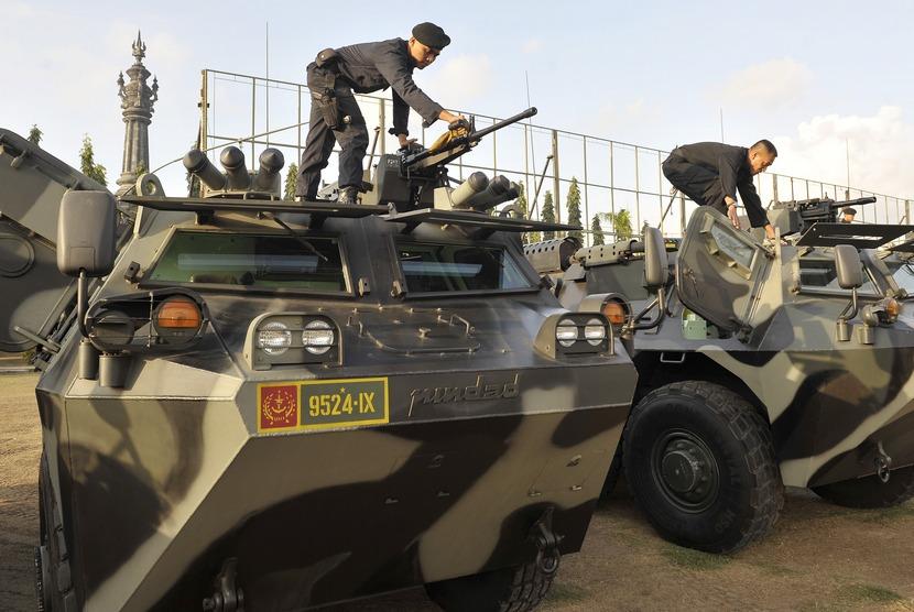 Dua prajurit TNI Kodam IX Udayana menyiapkan persenjataan di atas kendaraan tempur dalam Gelar Pasukan Pengamanan Bali Democracy Forum VII di Denpasar, Bali, Senin (6/10).  (Antara/Nyoman Budhiana)