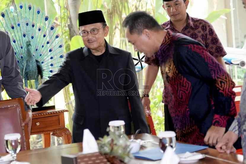 Presiden RI ke-3 BJ Habibie menyambut kedatangan Ketua MPR Zulkifli Hasan bersama Pimpinan MPR saat melakukan kunjungan di kediaman BJ Habibie, Jakarta, Kamis (16/10).   (Republika/ Wihdan)