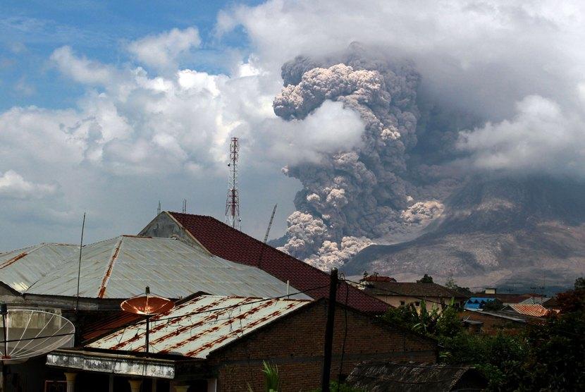 Gunung Sinabung kembali meluncurkan awan panas ketika terlihat di Desa Surbakti, Simpang Empat, Karo, Sumut, Jumat (17/10).  (Antara/Septianda Perdana)