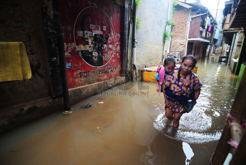 Aktifitas warga saat banjir yang menggenangi Kawasan Kampung Pulo Gang 5, Jakarta Timur, Selasa (11/11). (Republika/Raisan Al Farisi)