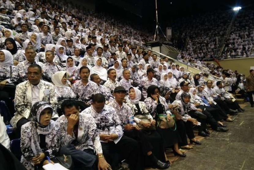 Puncak Peringatan Hari Guru Nasional 2014 dan Hari Ulang Tahun ke-69 Persatuan Guru Republik Indonesia (PGRI) di Istora Senayan Jakarta, Kamis (27/11).  (Republika/Niken)