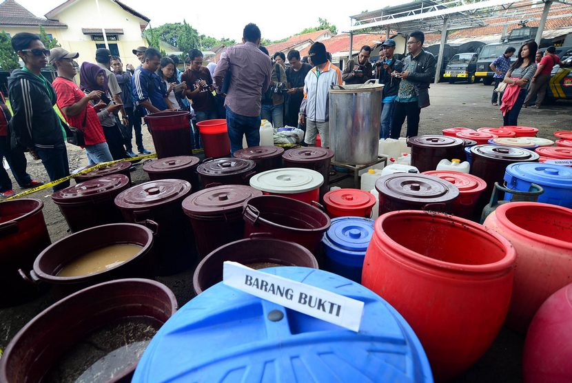 Barang bukti minuman keras (miras) oplosan yang berhasil disita di Mapolres Bogor Kota, Jabar (Ilustrasi)