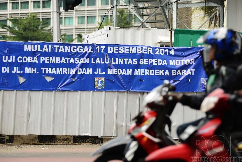 Spanduk uji coba larangan untuk sepeda motor terpasang di persimpangan jalan menuju M.H Thamrin, Jakarta Pusat, Selasa (16/12). (Republika/Raisan Al Farisi)