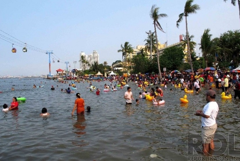 Warga Jakarta dan sekitarnya mengisi liburan dengan berenang di Pantai Festival Taman Impian Jaya Ancol (TIJA), Jakarta, Kamis (25/12). (Republika/Agung Supriyanto)
