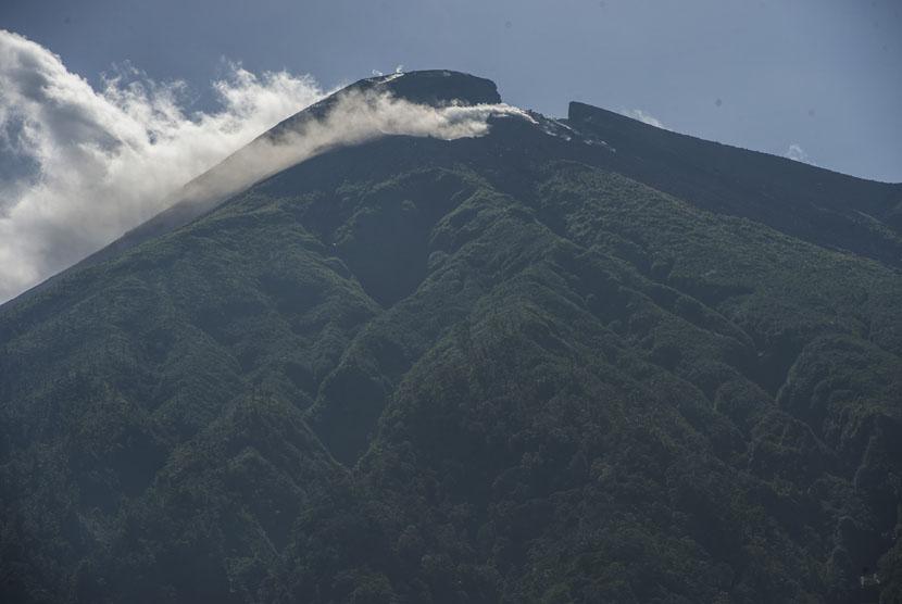 Puncak Gunung Gamalama mengeluarkan asap solfatara terlihat di Ternate, Maluku Utara, Ahad (28/12).  (Antara/Widodo S. Jusuf)