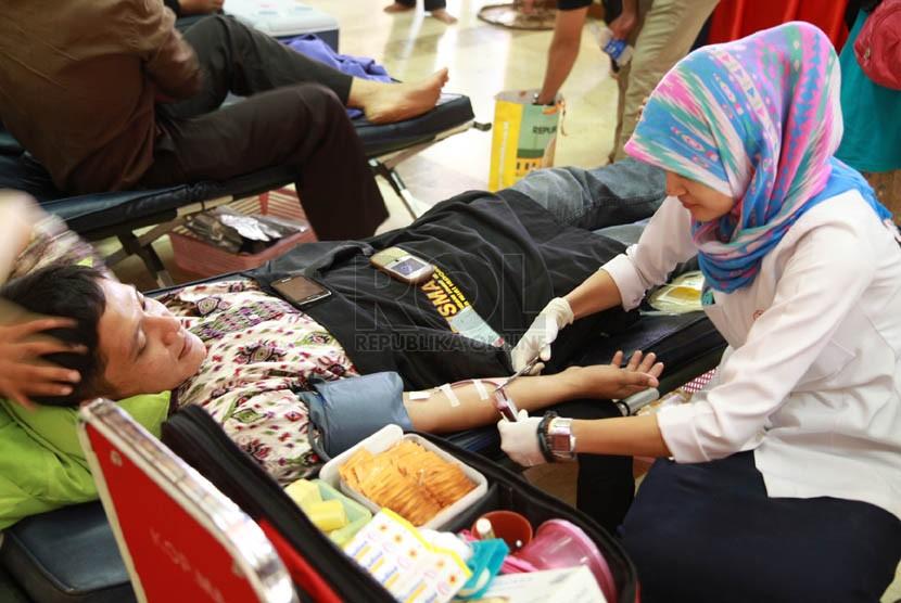 Sebanyak lebih dari seratus orang mengikuti acara donor darah dalam rangkaian acara Zikir Nasional Republika 2014 di Masjid Agung At-Tin, Jakarta, Rabu (31/12). (Republika/Adjie Sambogo)