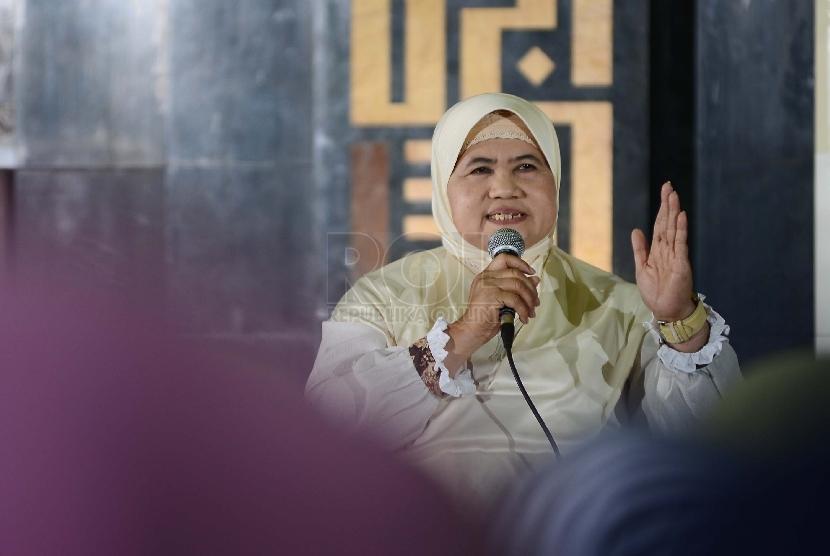 Ustazah Mamah Dedeh memberikan tausiah kepada jamaah Dzikir Nasional 2014 di Masjid Agung AT-Tin, Jakarta Timur. (Dok. Republika)