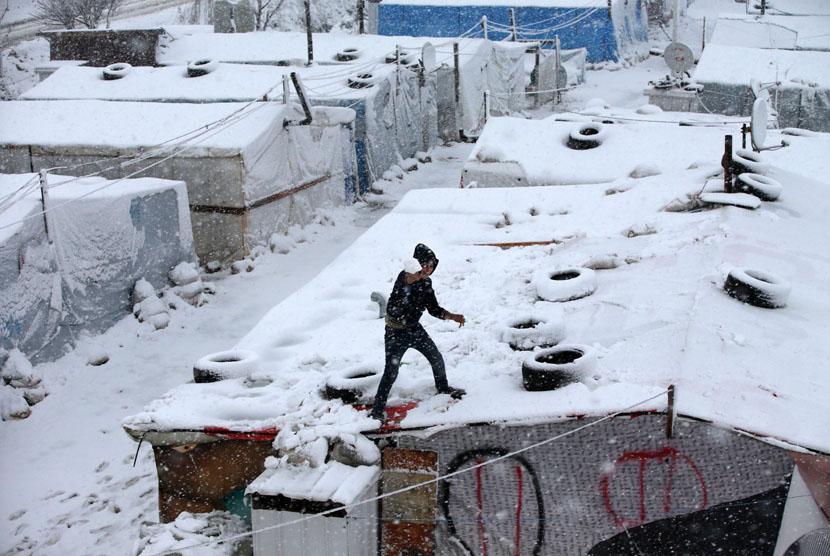 Icy storm hit Syrian refugees camp in Deir Zannoun, Bekaa valley, Lebanon, on Wednesday (Jan 7). (AP/Hussein Malla)