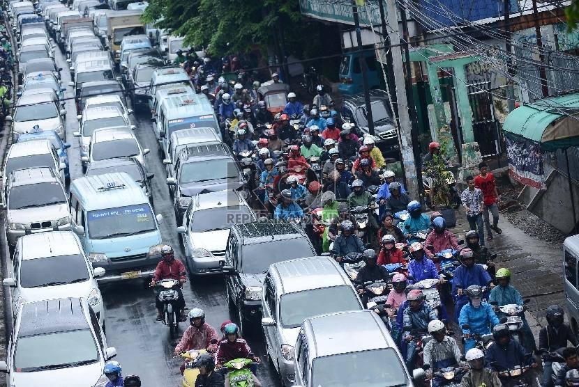 Ratusan kendaraan terjebak kemacetan usai hujan deras di Jalan Otista, Jakarta Timur, Selasa (13/1).  (Republika/Raisan Al Farisi)