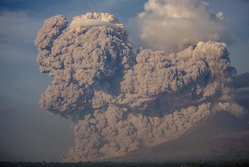 Gunung Sinabung menyemburkan material vulkanik disertai awan panas tampak dari Bukit Gundaling, Brastagi, Karo, Sumatera Utara, Senin (9/2).  (Antara/Endro Lewa)