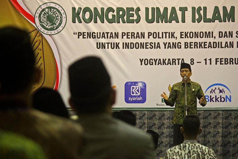 Presiden Joko Widodo memberikan pidato saat menutup acara Kongres Umat Islam Indonesia (KUII) VI 2015 di  Yogyakarta, Rabu (11/2).   (Antara/Noveradika)