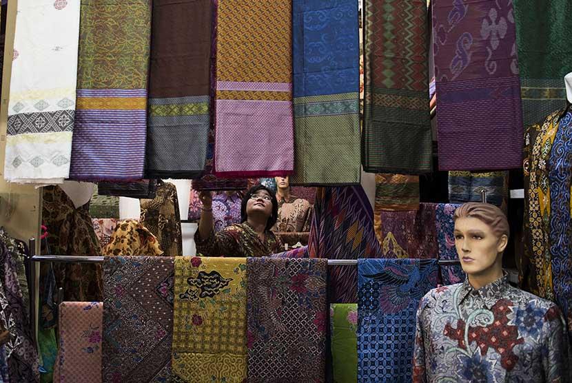 Pembeli memilih kain batik di salah satu pusat penjualan batik di Jakarta, Selasa (14/4).. (Antara/M Agung Rajasa)