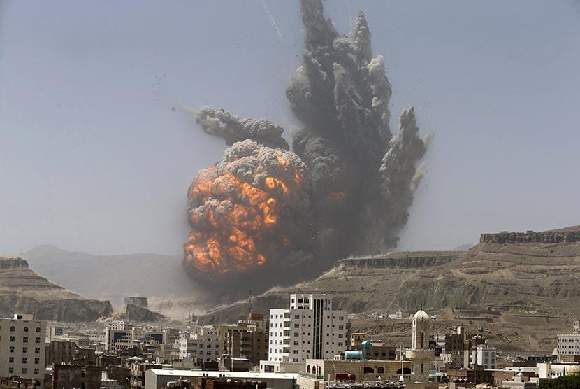 Ledakan bom setelah serangan udara terhadap gudang persenjataan di kota Sanaa, Yaman.