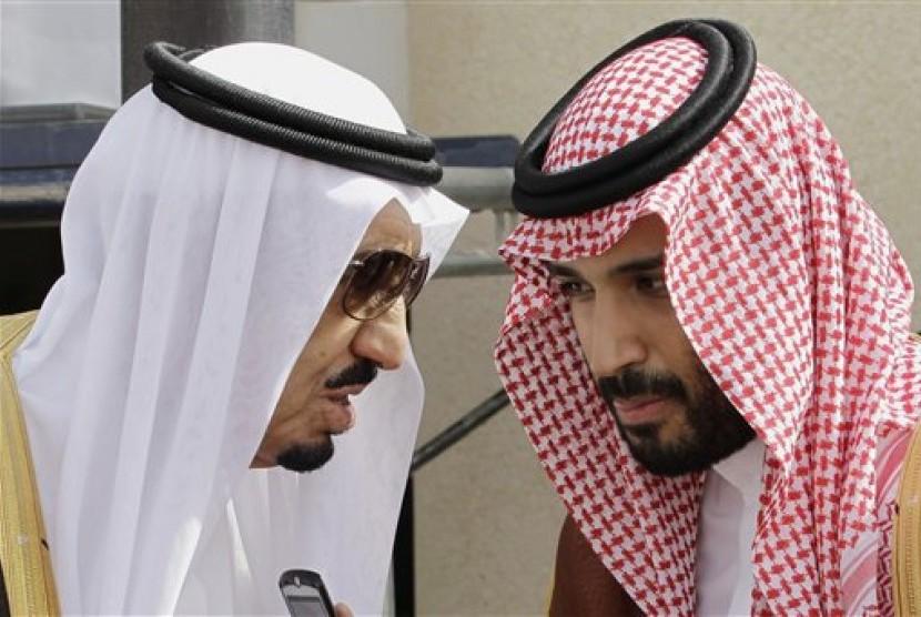 Raja Arab Saudi, Salman bin Abdul Aziz (kiri) bersama putranya Muhammad bin Salman.