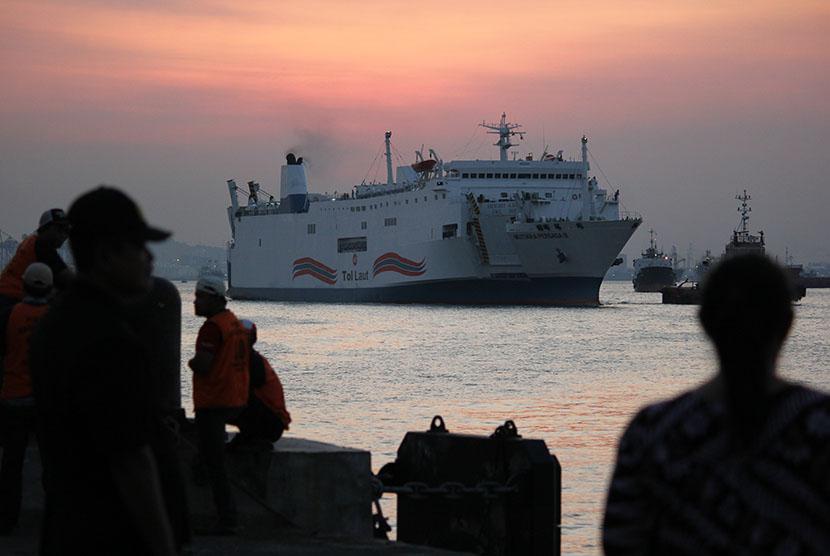 Kapal Tol Laut Mutiara Persada III sandar di dermaga Jamrud Utara Pelabuhan Tanjung Perak Surabaya, Jawa Timur, Jumat (8/5).