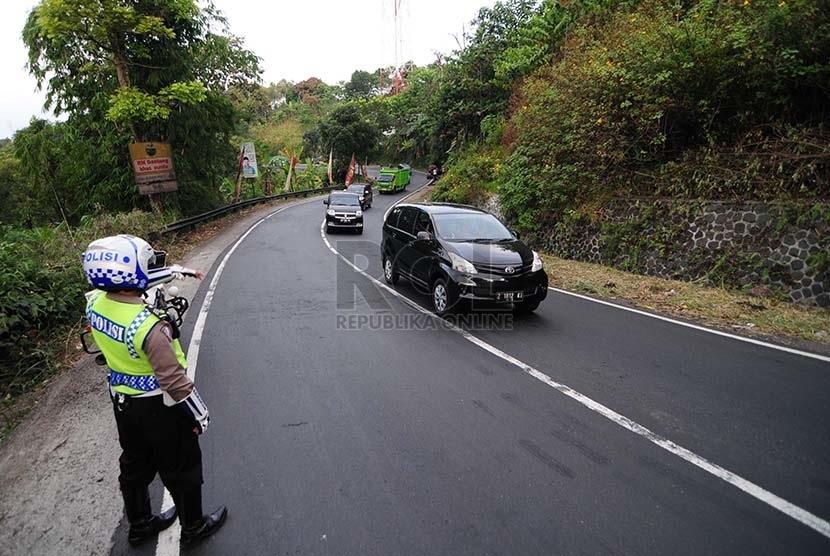 Petugas mengamankan jalur mudik di Lingkar Gentong, Kabupaten Tasikmalaya, Kamis (25/6).  (foto : Septianjar Muharam)