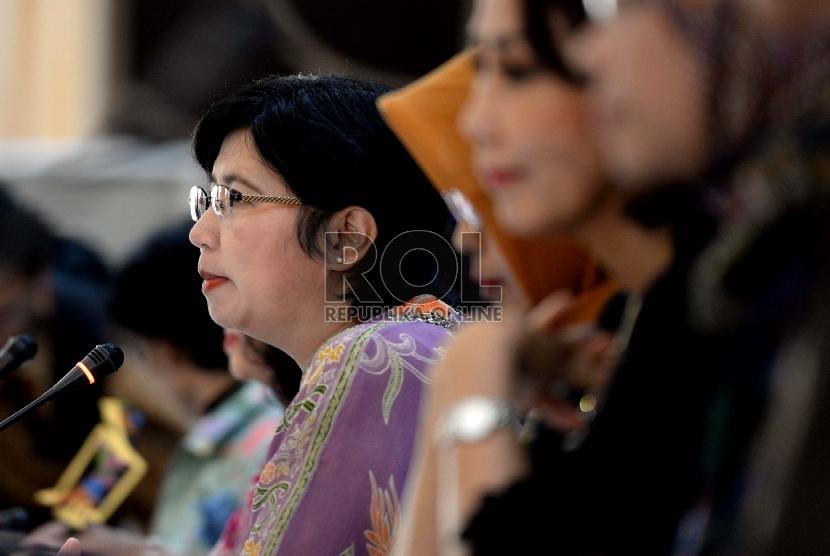 Ketua Pansel KPK Destry Damayanti (tengah) menghadiri konferensi pers di Gedung Setneg, Jakarta, Selasa (14/7).  (Republika/Wiihdan Hidayat)