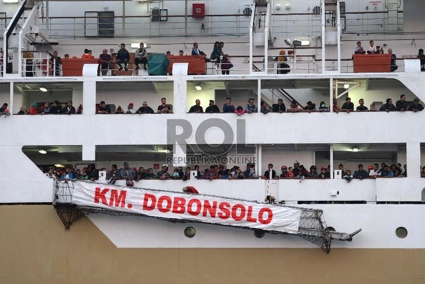 Penumpang menunggu giliran turun dari kapal Pelni KM Dobonsolo di Terminal Penumpang, Pelabuhan Tanjung Priok, Jakarta, Jumat (24/7).   (Republika/WIhdan)
