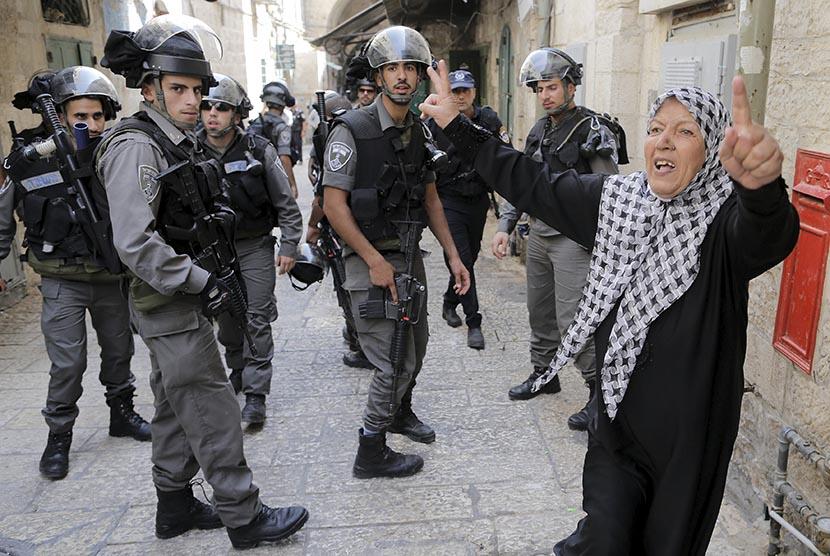 Seorang wanita Palestina berunjuk rasa menentang aksi polisi Israel (Ilustrasi)