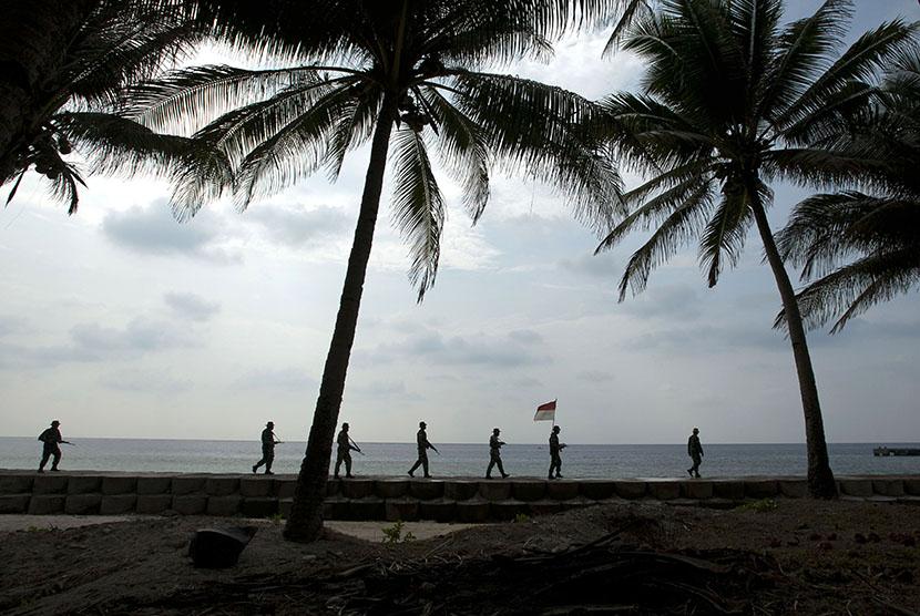 Sejumlah personel TNI AD dari Koramil 1301-16 Miangas melakukan patroli pantai di Pulau Miangas, Talaud, Rabu (30/9).   (Antara/Wahyu Putro)