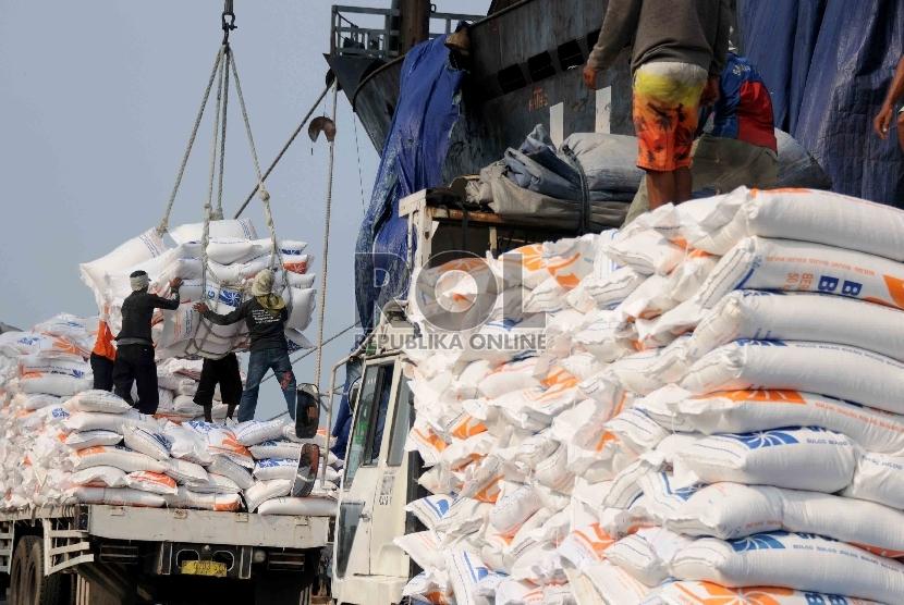 Pekerja melaukan bongkar muat karung berisi beras impor asal Vietnam di Pelabuhan Tanjung Priok, Jakarta.  (Republika/Agung Supriyanto)