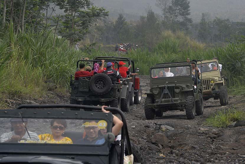 Sejumlah wisatawan menikmati perjalanan mereka dengan menggunakan mobil jip pada reli wisata di kawasan Gunung Merapi, Yogyakarta.   (Antara/Saptono)