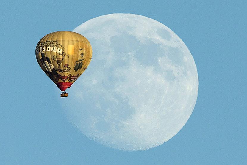 Balon udara terbang melintasi kota Rancho Santa Fe, Kalifornia.  (Reuters/Mike Blake)