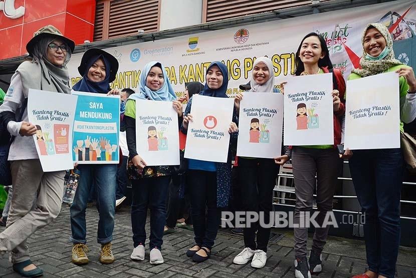 Sejumlah remaja memperlihatkan poster mendukung program pengurangan kantong plastik di halaman Superindo di Jalan Ir. H. Djuanda, Kota Bandung, Ahad (21/2). (Republika/Edi Yusuf)
