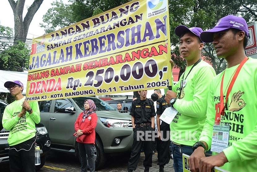 Relawan PD Kebersihan Kota Bandung mendukung program pengurangan kantong plastik di halaman Superindo di Jalan Ir. H. Djuanda, Kota Bandung, Ahad (21/2). (Republika/Edi Yusuf)