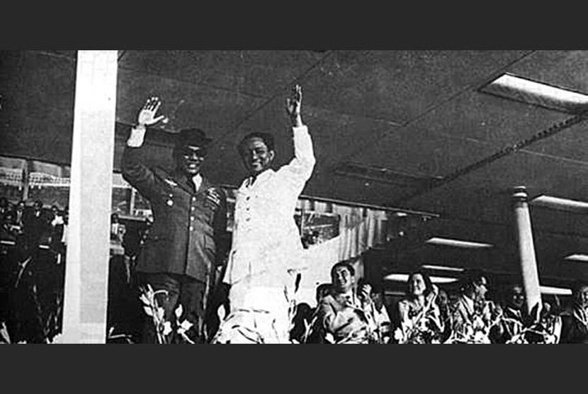 Sukarno dan DN Aidit di acara peringatan ulang tahun PKI ke-45 di Istora Senayan tahun 1964.