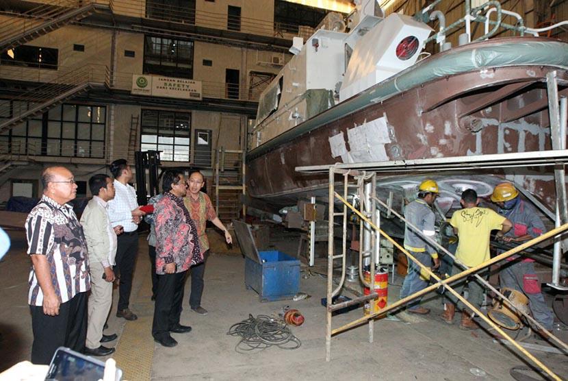Wakil Ketua MPR Oesman Sapta (Oso) meninjau galangan kapal di Kabupaten Mempawah, Kalimantan Barat, Jumat (8/4).   (foto: dok. MPR RI)