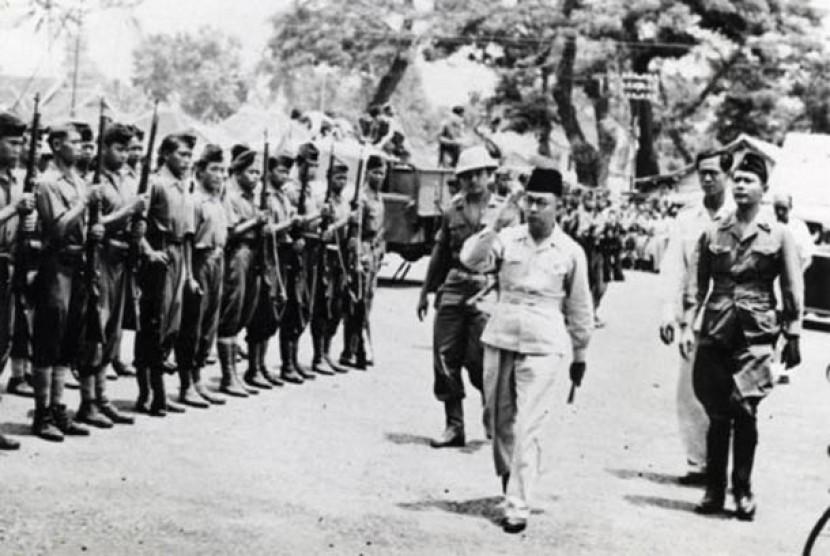 Wapres Mohamad Hatta memeriksa pasukan kehormatan di Linggarjati, Cirebon, 17 November 1946.